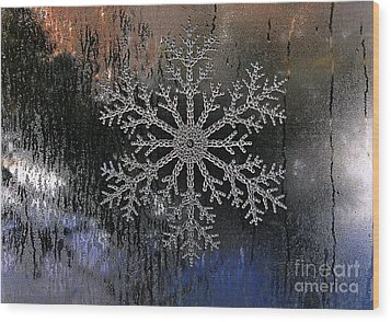 Snowflake On A Night Window Wood Print by Elaine Manley