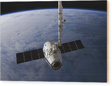 Spacex Dragon Capsule At The Iss Wood Print by Science Photo Library