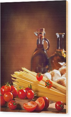 Spaghetti Pasta With Tomatoes And Garlic Wood Print by Amanda Elwell