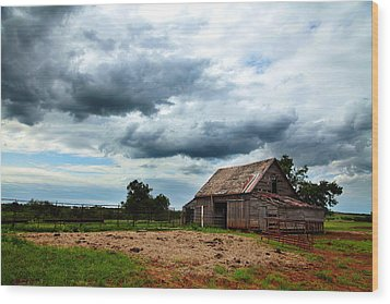 Storms Loom Over Barn On The Prairie Wood Print