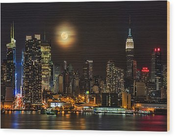 Super Moon Over Nyc Wood Print by Susan Candelario