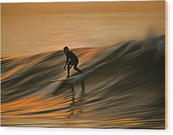 Surfing Liquid Copper C6j2144 Wood Print by David Orias