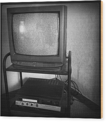 Television And Recorder Wood Print by Les Cunliffe