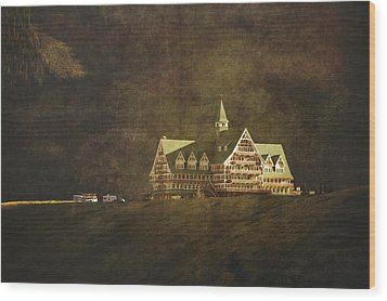 The Historic Prince Of Wales Hotel Wood Print by Roberta Murray