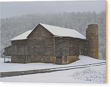 The Old Barn     Faded But Sturdy Wood Print by Gene Walls