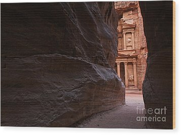 The Siq And Treasury At Petra Wood Print by Robert Preston