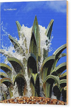 Top Of The Pineapple Fountain Wood Print by Tammy Wallace