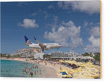 United Low Approach St Maarten Wood Print by David Gleeson