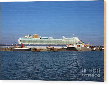 Ventura Sheildhall Calshot Spit And A Tug Wood Print by Terri Waters