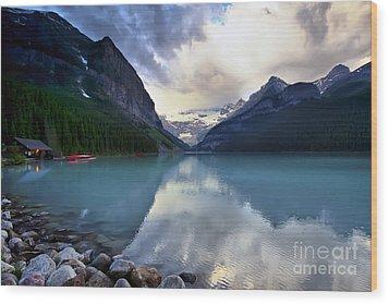 Waiting For Sunrise At Lake Louise Wood Print by Teresa Zieba