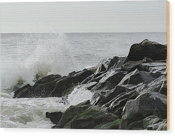 Wave On Rocks Wood Print by Maureen E Ritter