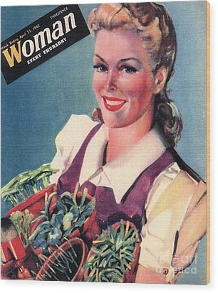 Woman 1942 1940s Uk Land Girls Dig Wood Print by The Advertising Archives