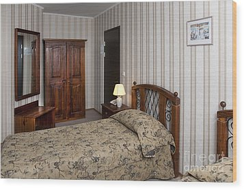 Beds In Hotel Room Wood Print by Jaak Nilson