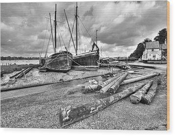 Boats And Logs At Pin Mill  Wood Print by Gary Eason