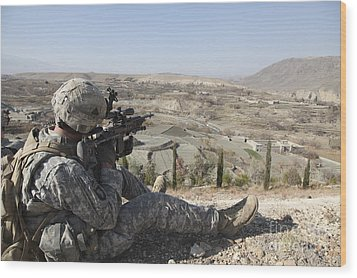 U.s Army Soldier Scans His Sector Wood Print by Stocktrek Images