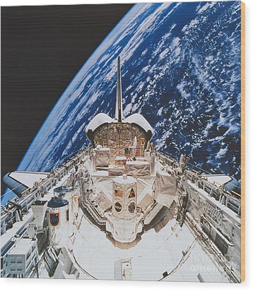 Space Shuttle Atlantis Wood Print by Science Source