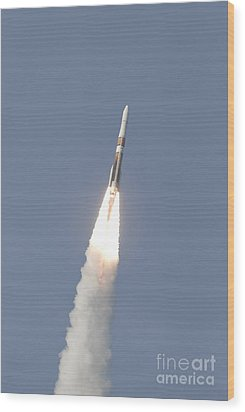 A Delta Iv Rocket Roars Into The Sky Wood Print by Stocktrek Images