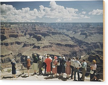 A Group Of Visitors At Hopi Point Wood Print by Justin Locke