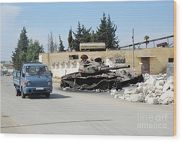 A Russian T-72 Main Battle Tank Wood Print by Andrew Chittock