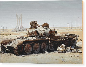 A T-80 Tank Destroyed By Nato Forces Wood Print by Andrew Chittock