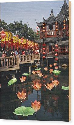 A Tea House In Shanghais Yuyuan Garden Wood Print by Justin Guariglia