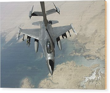 An F-16 Fighting Falcon Refuels Wood Print by Stocktrek Images