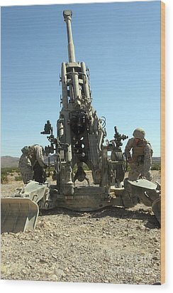 Artillerymen Manning The M777 Wood Print by Stocktrek Images