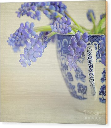 Blue Muscari Flowers In Blue And White China Cup Wood Print by Lyn Randle