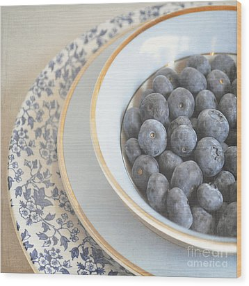 Blueberries In Blue And White China Bowl Wood Print by Lyn Randle
