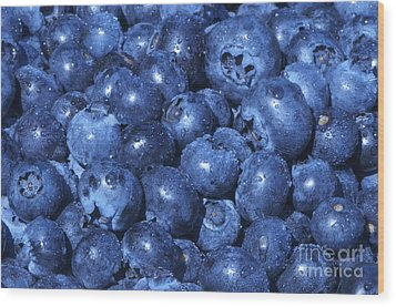 Blueberries With Waterdrops Wood Print by Sharon Talson