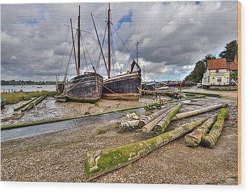 Boats And Logs At Pin Mill Wood Print by Gary Eason