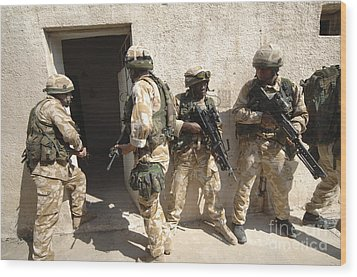 British Troops Training In Iraq Wood Print by Andrew Chittock
