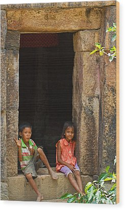Children In The Doorway. Wood Print by David Freuthal