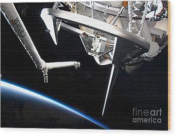 Components Of Space Shuttle Discovery Wood Print by Stocktrek Images