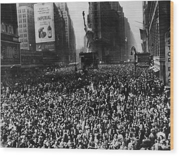 Crowds In Times Square, New York Wood Print by Everett