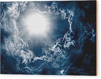 Dark Sky With Sun Wood Print by Nattapon Wongwean