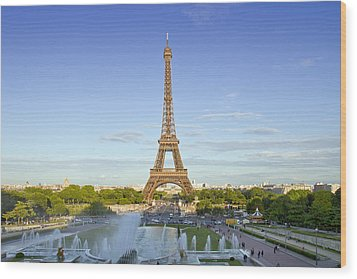 Eiffel Tower With Fontaines Wood Print by Melanie Viola