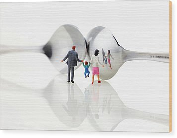 Family In Front Of Spoon Distoring Mirrors II Wood Print by Paul Ge