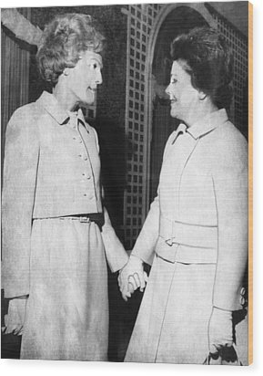 First Lady Patricia Nixon Hold Hands Wood Print by Everett