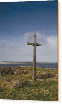 Grave Site Marked By A Cross On A Hill Wood Print by John Short