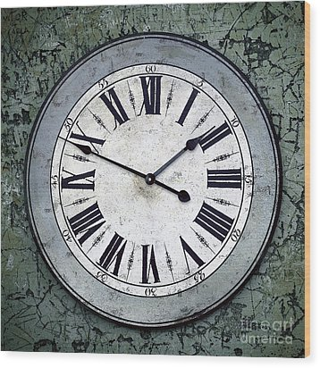 Grungy Clock Wood Print by Carlos Caetano
