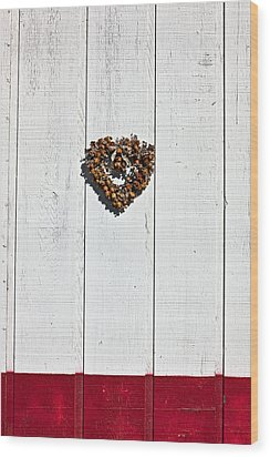 Heart Wreath On Wood Wall Wood Print by Garry Gay