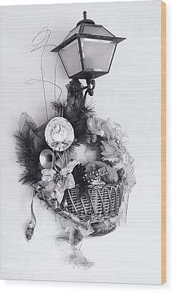 Holiday Basket On Lamp Bw Wood Print by Linda Phelps