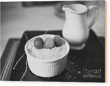 Home Made Apple Crumble Dessert With Grapes Served In A Gastro Pub Scotland Uk Wood Print by Joe Fox