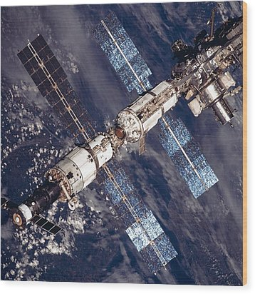 International Space Station In 2001 Wood Print by Everett