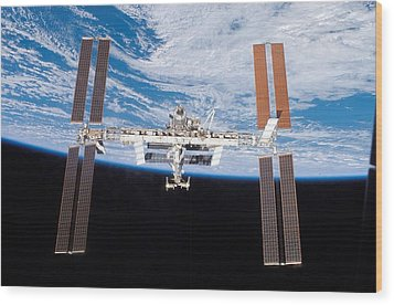 International Space Station In 2007 Wood Print by Everett