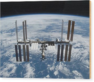 International Space Station In 2009 Wood Print by Everett