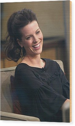 Kate Beckinsale At Talk Show Appearance Wood Print by Everett