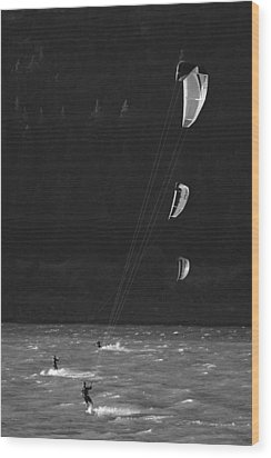Kiteboarders In The Columbia River Wood Print by Skip Brown