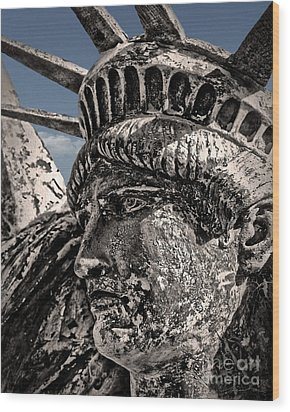 Lady Liberty Wood Print by Danuta Bennett